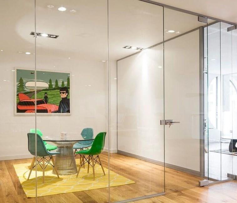 Цельностеклянные перегородки изготавливаются из закалённого стекла толщиной от 8мм, монтируются стык-в-стык и фиксируются специальными зажимными профилями. Их главное преимущество – визуальная легкость конструкции, максимальный обзор и пропускание света во все уголки помещения.  По этим причинам на сегодняшний день такие стеклянные перегородки устанавливаются в офисах, магазинах, банках, ресторанах, в местах, где большое скопление людей – торгово-развлекательных центрах, аэропортах и вокзалах. Стеклянные перегородки очень функциональны и практичны, они очень мобильны и позволяют легко менять конфигурацию помещения, к тому же, вы можете выбрать разное по виду стекло и варианты его декорирования.