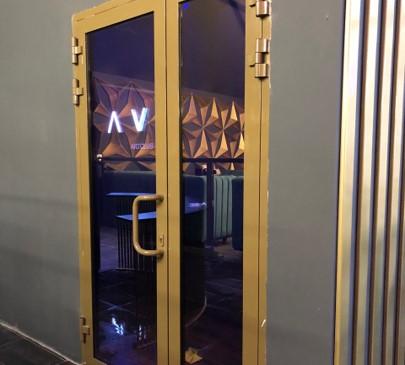 Алюминиевые двери визуально эстетичные и, одновременно, прочные и долговечные. Главное отличие дверей из алюминиевого профиля от других материалов - это больший срок службы даже при максимальных нагрузках.  Алюминиевый профиль обладает уникальным набором свойств: при всей своей легкости, он чрезвычайно жесткий и крепкий. Благодаря этому их выбирают для оформления входов и внутренних дверных проемов в магазины, кафе, рестораны, торгово-развлекательные центры, банки - там, где предполагается большой поток людей и высокая интенсивность использования.