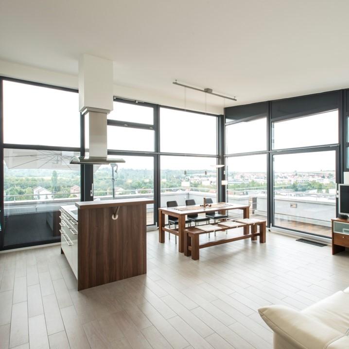 Параллельно сдвижная конструкция PSK PORTAL 160 Comfort от компании SIEGENIA открывает пространство для жизни. Простое и недорогое решение для выхода на балкон, на террасу, и для оконных конструкций.